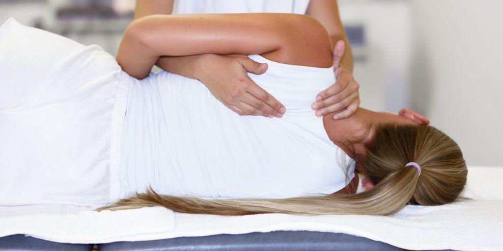 fizjoterapeuta wykonuje zabieg